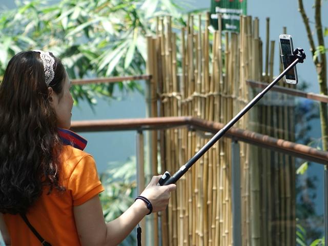 自撮りのコツ|自撮り棒・セルカ棒を使う