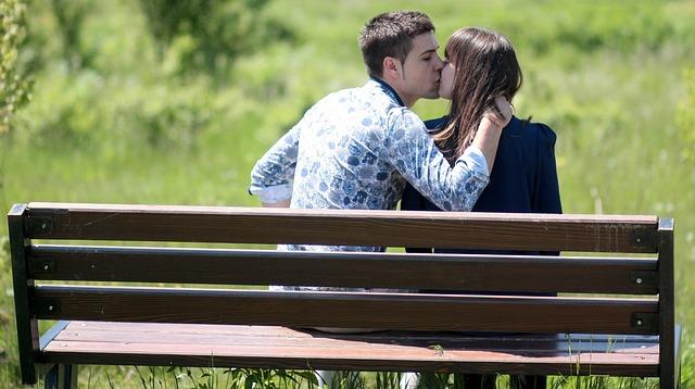 友達以上恋人未満の関係でキスした男性心理とは