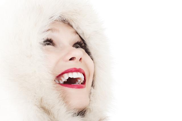 女性の色気|大口を開けて笑う
