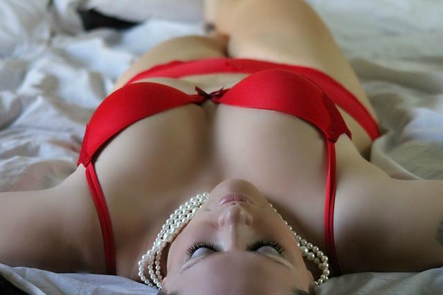 女性の色気|セクシーな下着を身に付ける