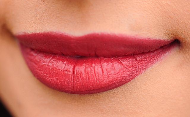 女性の色気|唇にインパクトを与える様なメイクをする