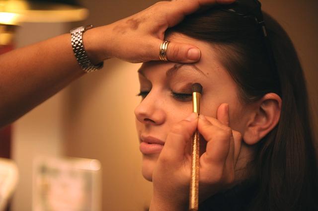 まつげ美容液の使い方|まぶたの上や目の上についても大丈夫?