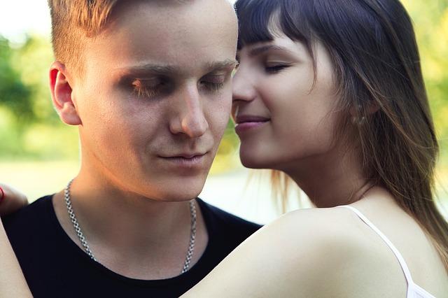付き合っていない男性をどきっとさせてキスしたいと感じさせる瞬間